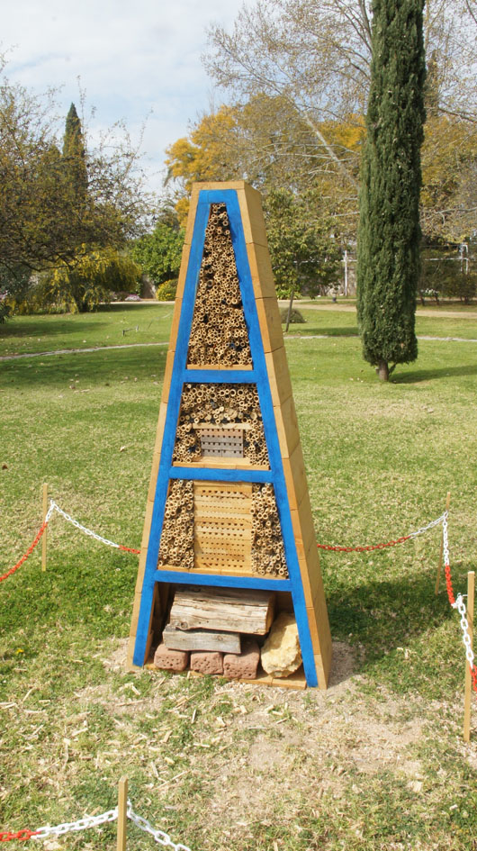 Construido el primer hotel de abejas solitarias de for Jardin botanico en sevilla
