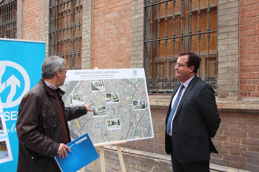 Visita Delegado Distrito Casco Antiguo, Juan Carlos Cabrera a las obras de EMASESA en la C/Carlos Cañal