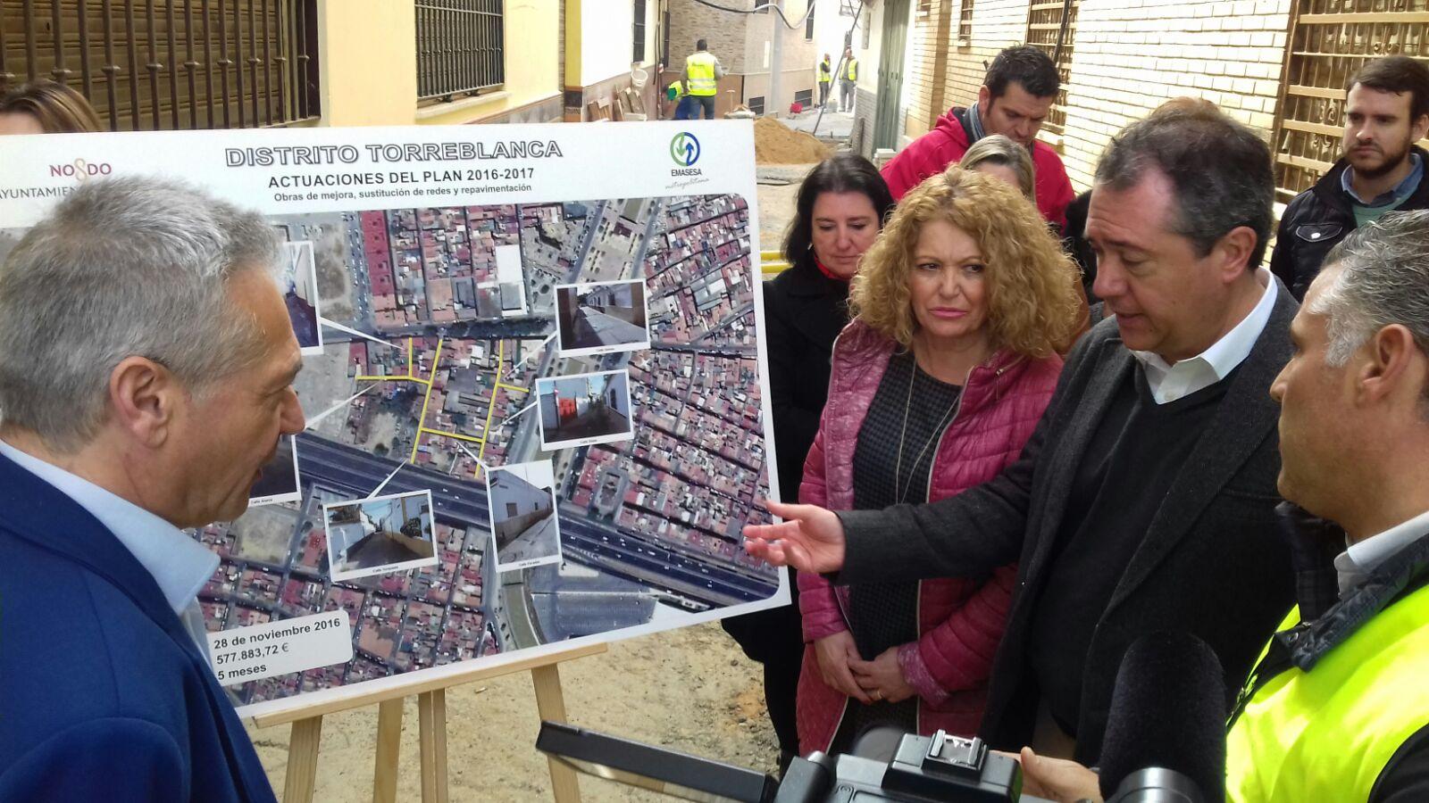 Visita Alcalde de Sevilla, Juan Espadas, a las obras de EMASESA al Distrito Torreblanca