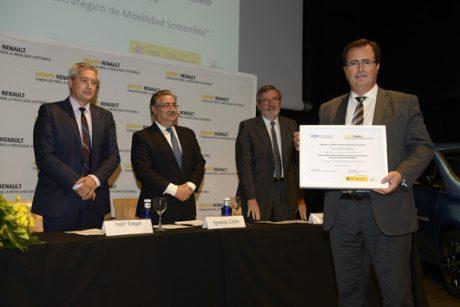 Juan Carlos Cabrera, Delegado de Seguridad, Movilidad y Fiestas Mayores del Ayutamiento de Sevilla, recoge el premio Movilidad Sostenible de EMASESA