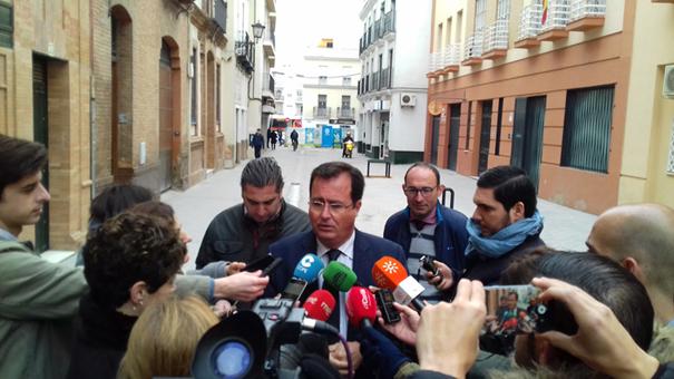 El delegado del distrito, Juan José Cabrera, en una visita a la obra realizada el pasado martes