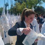 EMASESA reparte más 25.000 vasos de agua entre el Viernes de Dolores y el Domingo de Ramos